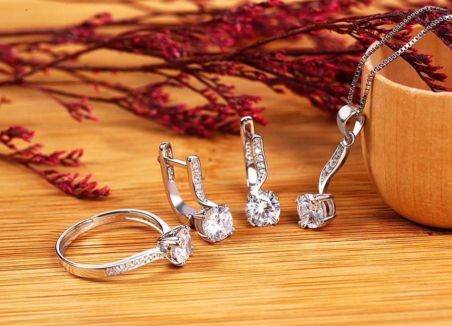 Bộ trang sức bạc gồm có mặt dây chuyền và đôi bông tai cùng nhẫn bạc.