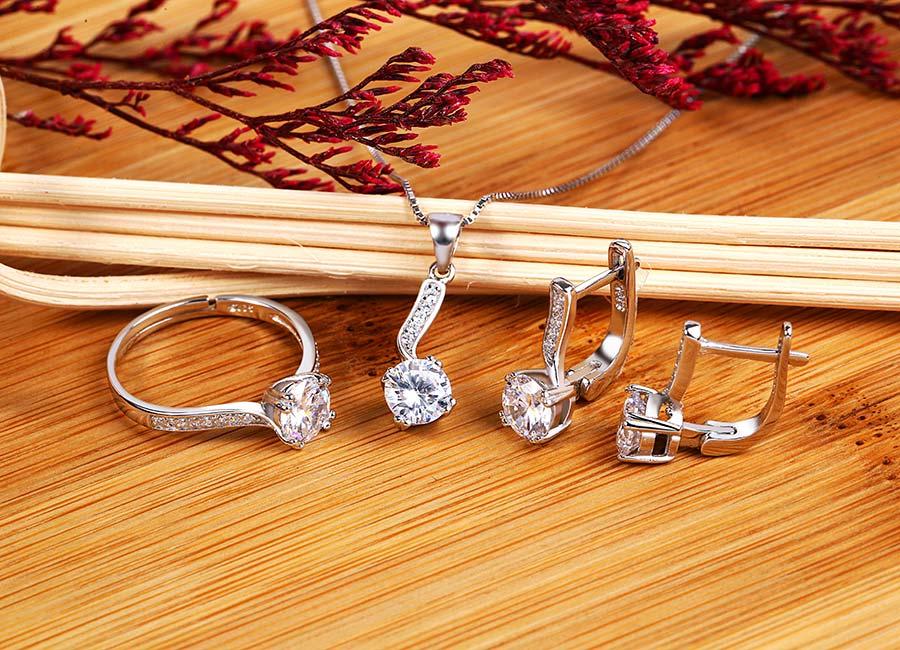 Sản phẩm được làm từ bạc 925 cao cấp, bên ngoài phủ một lớp xi bạch kim.