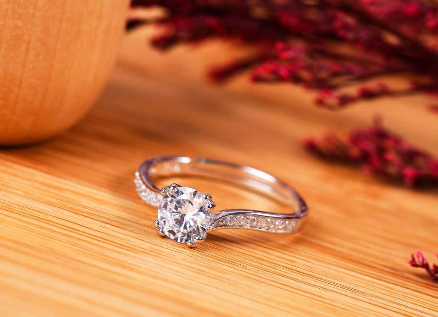 Ai ai cũng sẽ bị hấp dẫn bởi sắc lấp lánh của chiếc nhẫn bạc tinh xảo này.