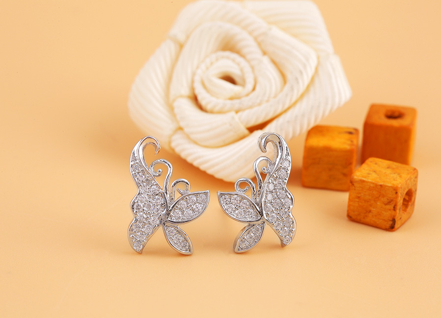 Đôi bông tai bạc họa tiết bươm bướm với đường nét mềm mại.