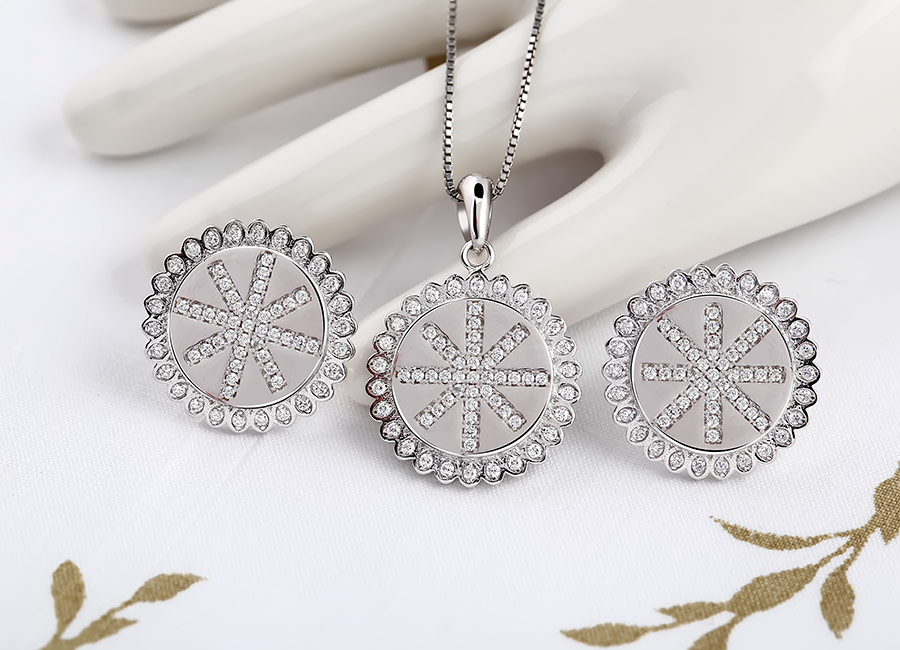 Trọn bộ trang sức gồm: 01 mặt dây chuyền bạc và 01 đôi bông tai.