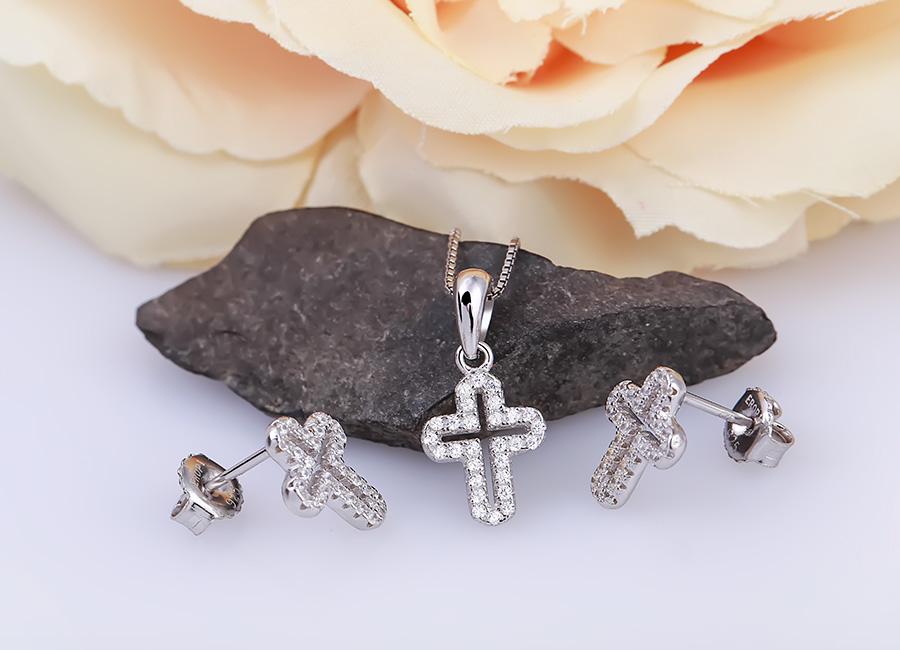 Bộ trang sức bạc The Cross gồm 01 mặt dây chuyền bạc và đôi bông tai bạc có núm vặn chắc chắn.
