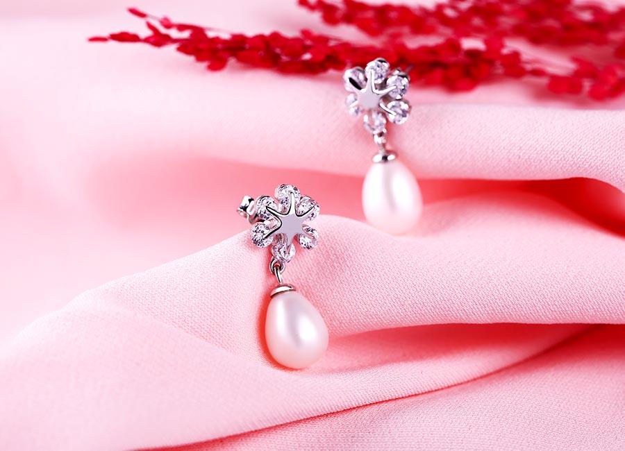 Mẫu bông tai được thiết kế kiểu dáng dài thích hợp cho những cô nàng điệu đà.