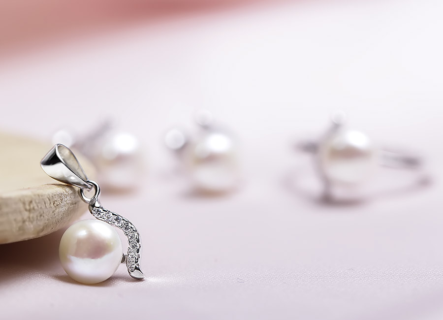 Mặt dây chuyền phù hợp với mọi loại dây, đặc biệt là dây trang sức dạng mảnh có thiết kế đơn giản.