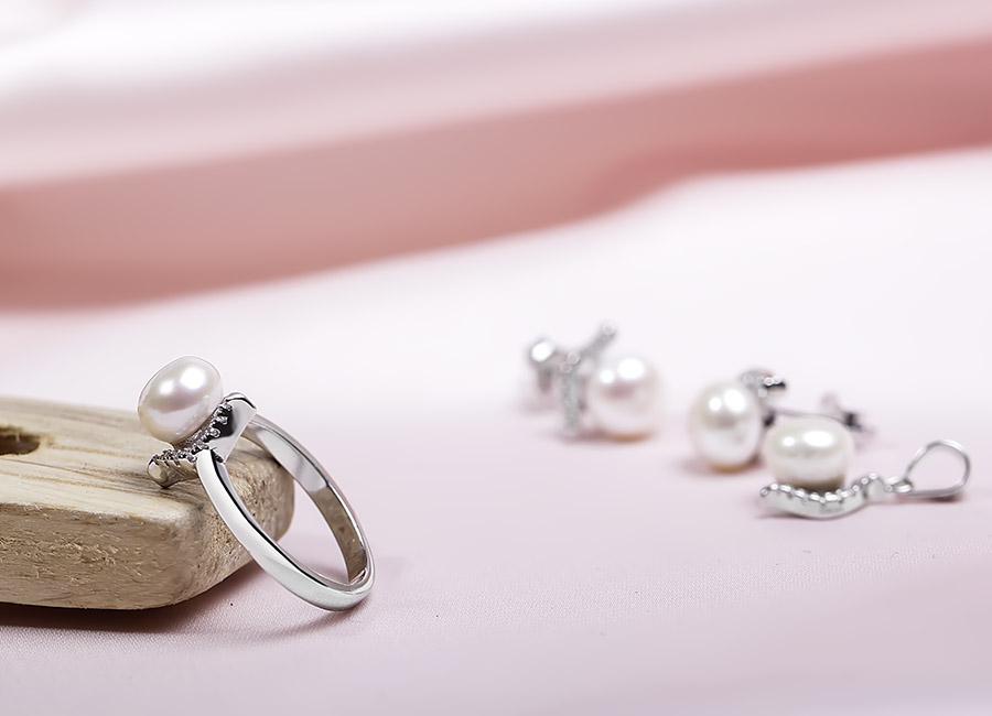 Chiếc nhẫn bạc với phần mặt gắn ngọc trai ấn tượng