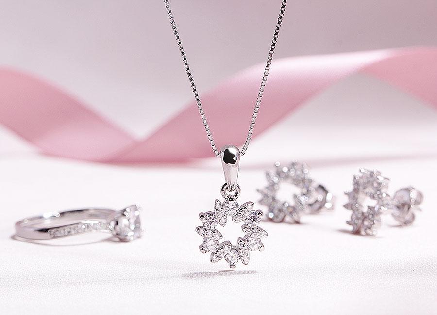 Sắc đá sáng lấp lánh toát ra từ mẫu trang sức.