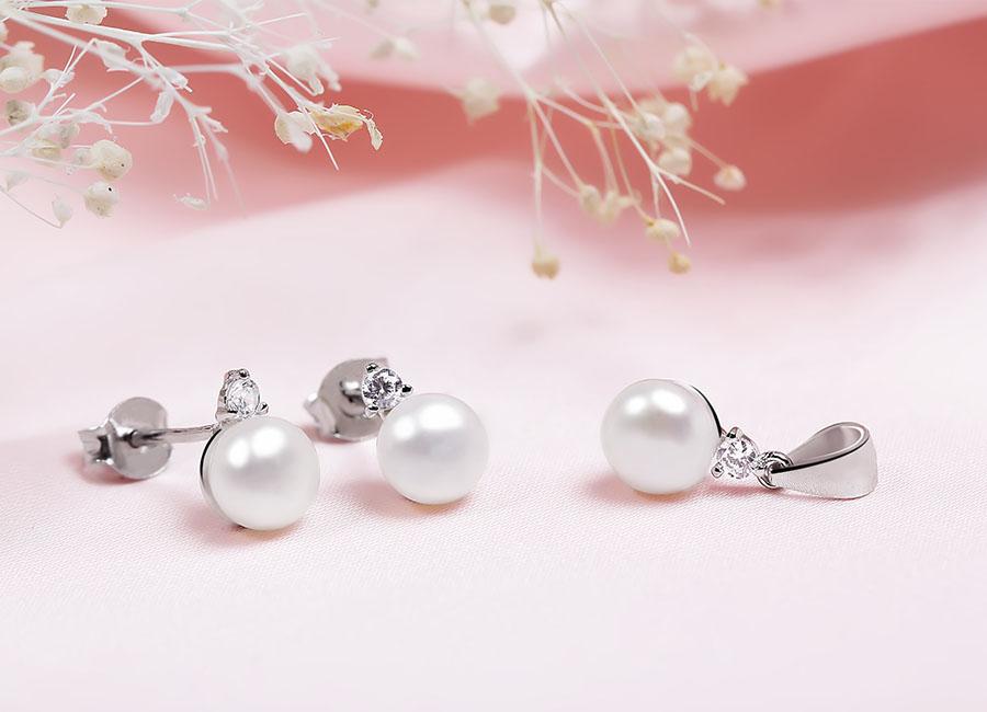 Bông tai bạc thiết kế dạng nụ, có chung kiểu tạo dáng với mặt dây chuyền.
