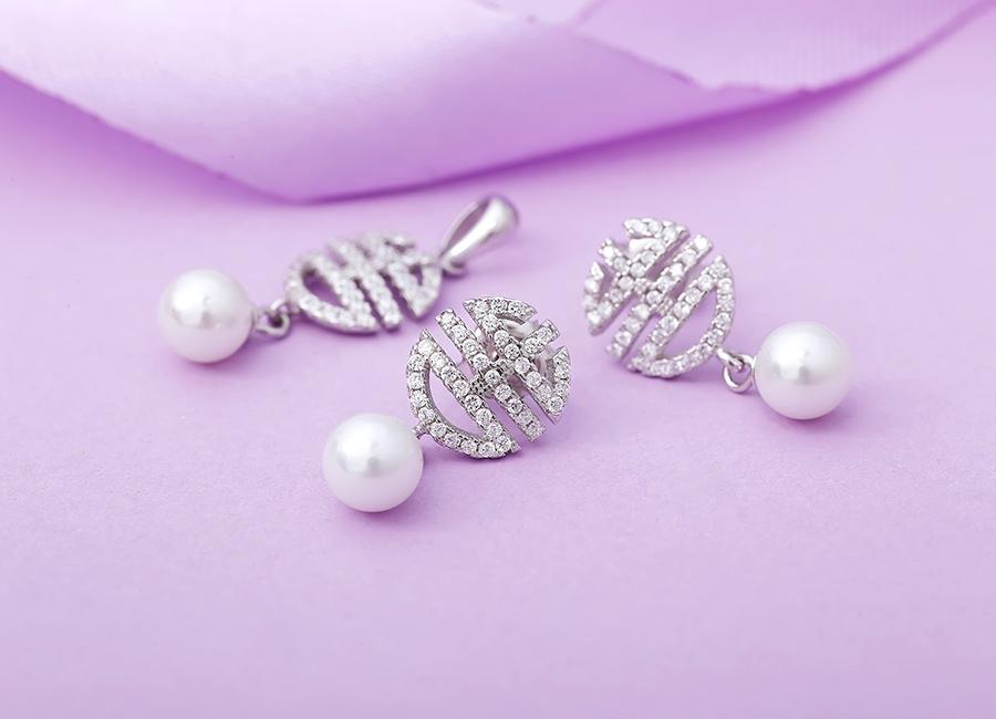 Bộ trang sức bạc ngọc trai Allvin Love biến nét đẹp cổ điển của ngọc trai trở nên tươi mới, hấp dẫn hơn.