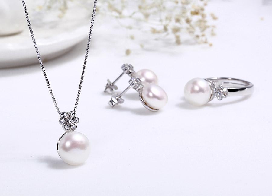 Sắc trắng tinh khôi toát ra từ bộ trang sức.