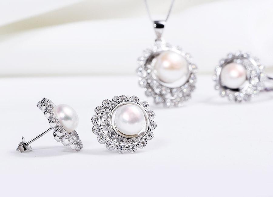 Điểm nhấn nổi bật nhất trong bộ trang sức là viên ngọc trai tròn, to ở chính giữa.