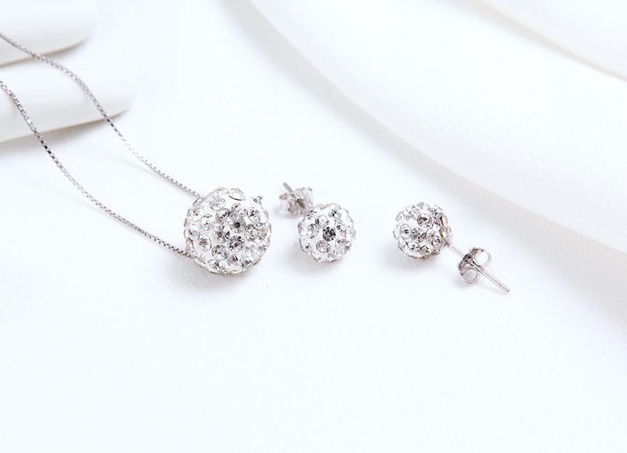 Bộ trang sức bạc dựa trên ý tưởng quả cầu tuyết trắng.