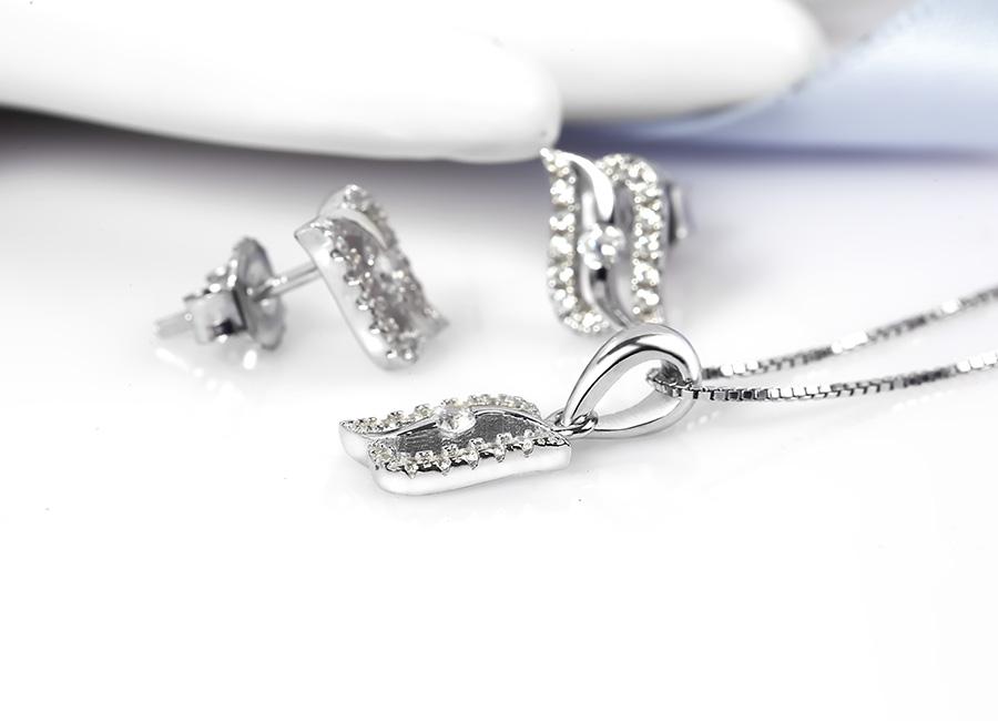 Chất liệu bạc Ý 925 xi bạch kim sáng bóng và tuyệt đối an toàn cho da.
