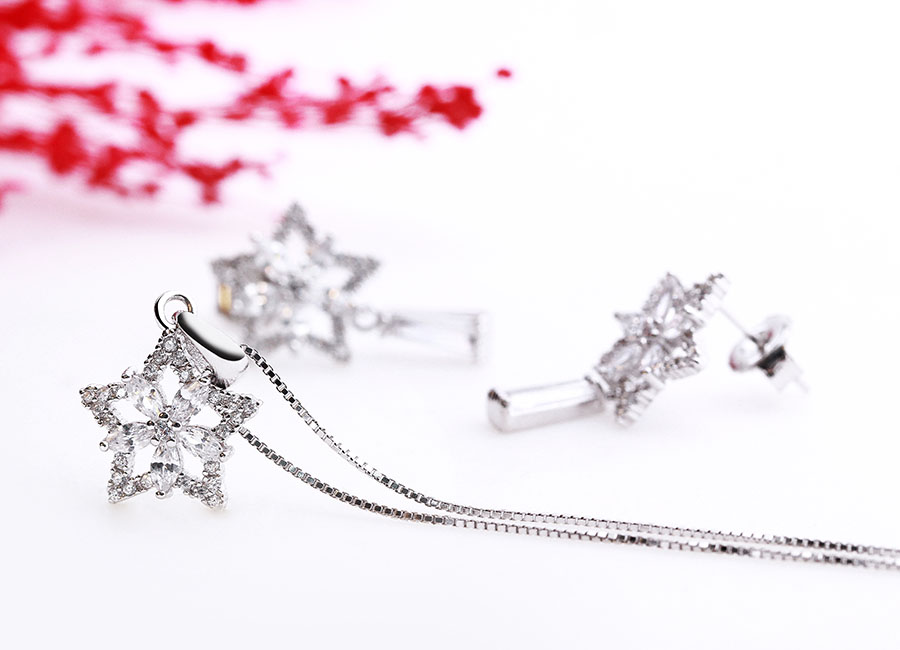 Nên chọn loại dây mảnh cho kiểu mẫu mặt dây chuyền bạc hoa và sao.