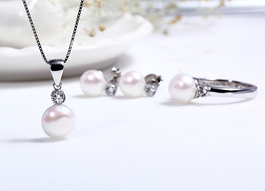 Cả bộ sản phẩm trang sức bạc mang một phong cách ngọt ngào, lãng mãn.