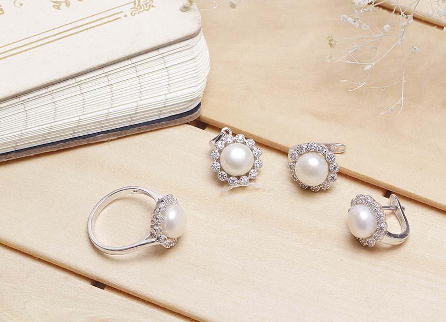 Trang sức cần phải được lựa chọn kỹ lưỡng thì chúng mới phù hợp và giúp bạn đẹp hơn được. Bộ trang sức bạc Tifany Pearl với thiết kế độc đáo, rất phù hợp với không gian của những bữa tiệc sang trọng.  ĐẶC ĐIỂM NỔI BẬT  Bộ trang sức bao gồm một nhẫn, đôi bông tai và một dây chuyền bạc gắn ngọc trai. Chúng sở hữu thiết kế đồng điệu trong tạo hình. Tạo hình thiết kế của mẫu trang sức vô cùng ấn tượng. Viên ngọc trai nằm trung tâm, xung quanh là những viên đá Cubic Zirconia nạm lấp lánh. Ánh sáng của đá CZ và ngọc trai thật sự vô cùng phù hợp với màu sắc bạc Ý 925. Bạn có thể yên tâm sử dụng trọn bộ nữ trang này mỗi khi cần sự nổi bật nào đó, ví dụ như tham gia các buổi sự kiện, bữa tiệc sang trọng.  Phụ nữ sinh ra là để làm đẹp và bạn nên chọn mẫu trang sức này. Sắc sáng của đá và ngọc trai lấp lánh cuốn hút mọi ánh nhìn. Nếu ngó lơ bộ trang sức này, bạn sẽ vô cùng tiếc nuối đấy.