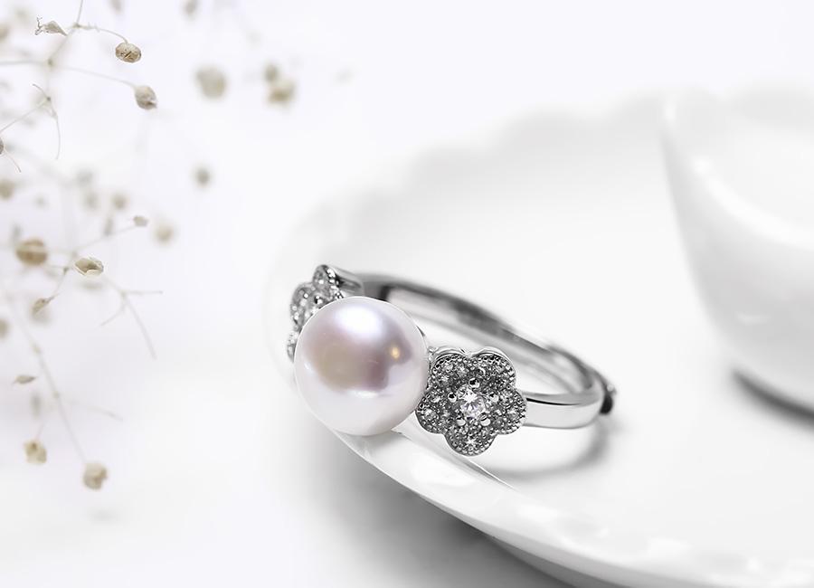 Vẻ đẹp tinh xảo của mẫu nhẫn bạc thu hút mọi cô gái.