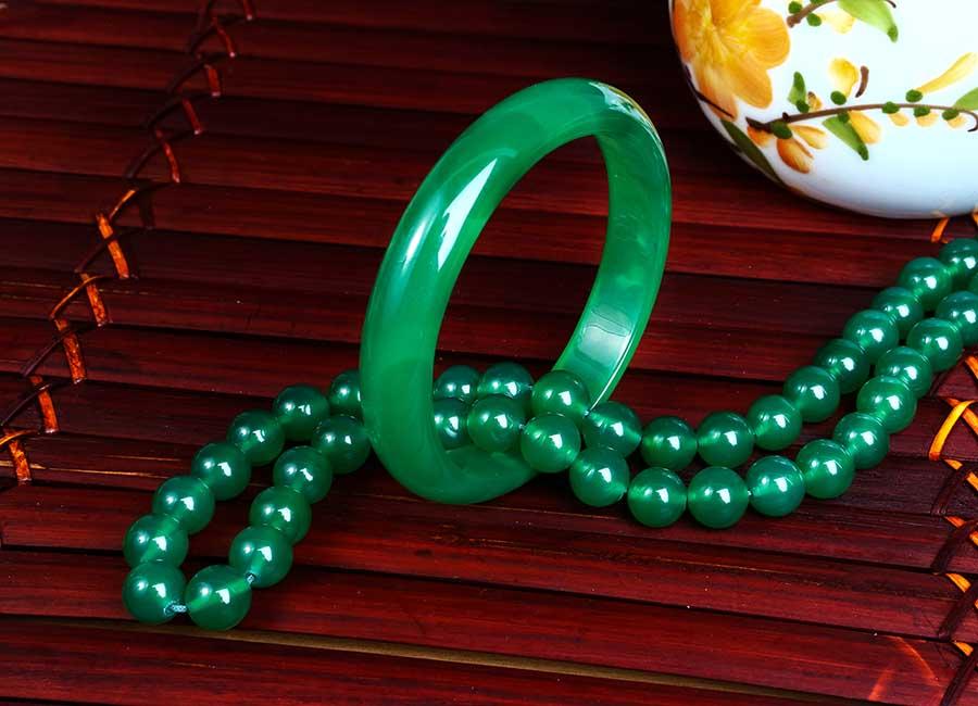 Bộ trang sức gồm chuỗi vòng cổ và vòng tay.