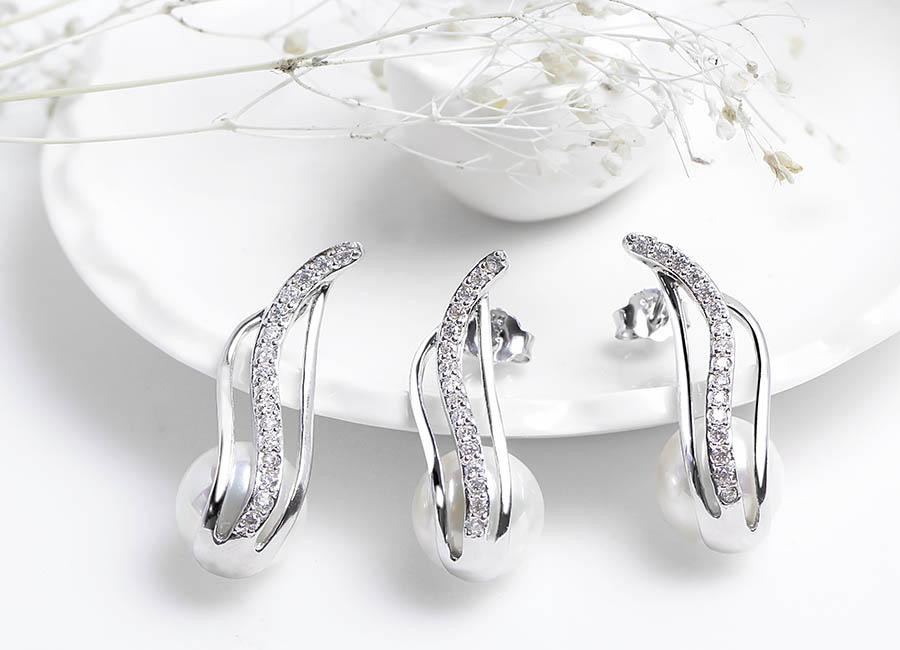 Thiết kế mềm mại thể hiện trên bộ trang sức bạc gắn ngọc trai.