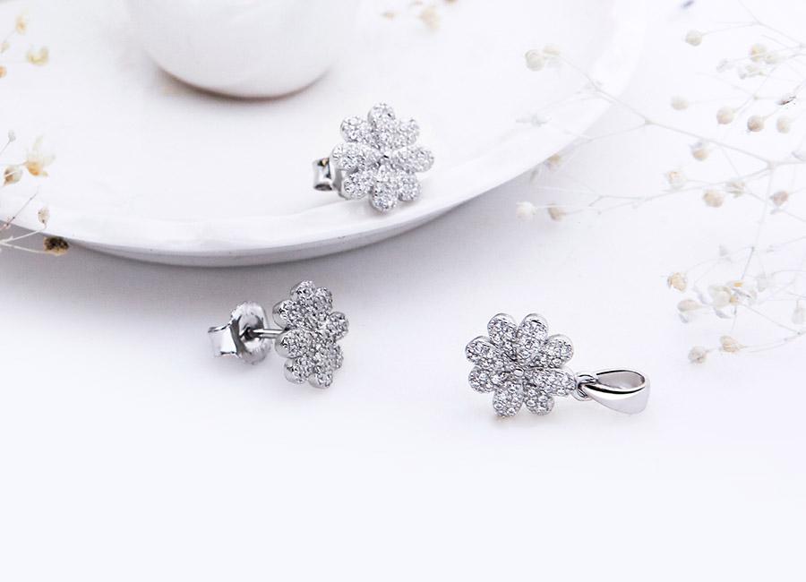 Mẫu trang sức bạc tôn vinh vẻ đẹp thanh lịch, nữ tính cho phái đẹp.