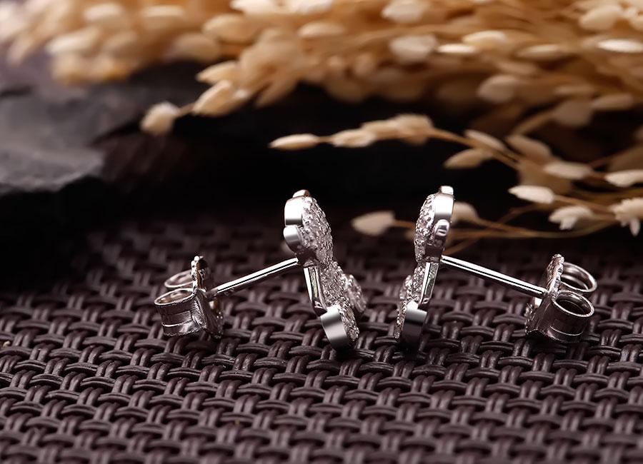 Chất liệu bạc Ý 925 được sử dụng trong mẫu trang sức này.