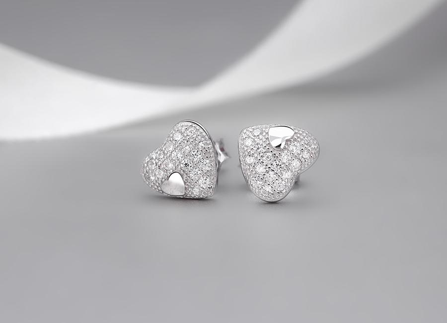 Hình ảnh trái tim đang yêu đầy ngọt ngào là một điểm nhấn ấn tượng trên mẫu thiết kế bông tai bạc My Heart.