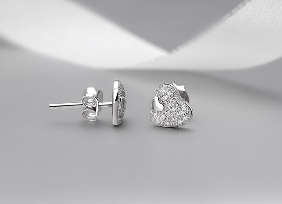 Chốt và khóa bạc trên mẫu bông tai.