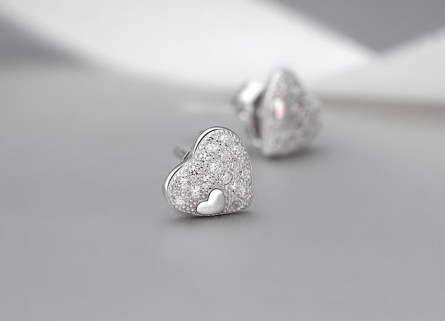 Trái tim nạm đá- hình ảnh tượng trưng cho tình yêu trong sáng.