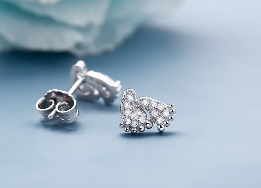 Sắc sáng của đá CZ đem đến độ lấp lánh cho đôi bông tai.