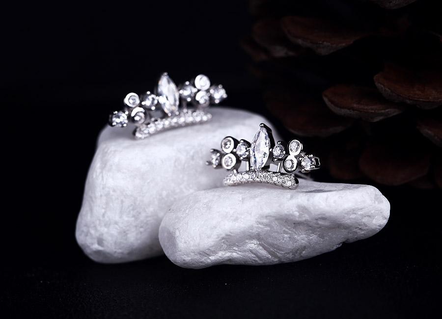 Đôi bông tai bạc lấp lánh ghi điểm với phái đẹp.