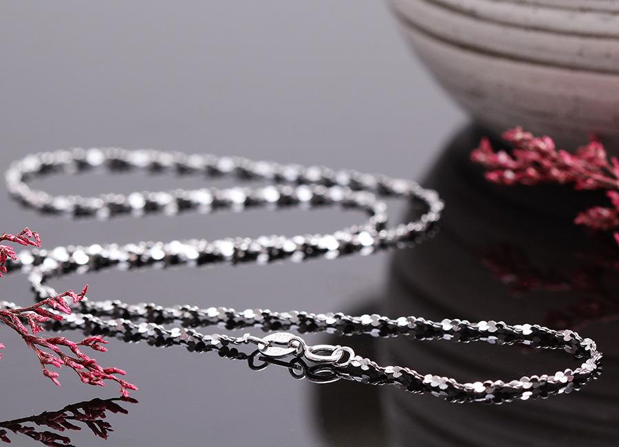 Vẻ đẹp của mẫu dây chuyền trơn mang thương hiệu Eropi.