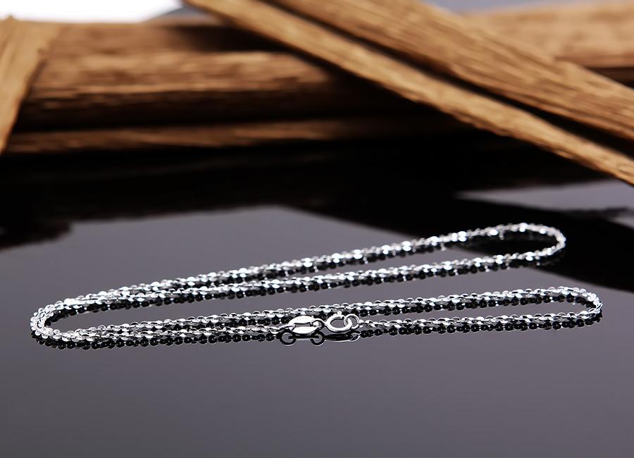 Dây chuyền bạc Dara Love thuộc loại dây mềm nên rất dễ đeo.