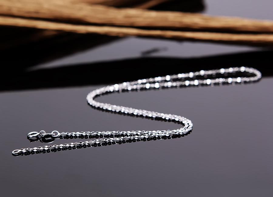 Mẫu dây đeo với độ dài vừa phải, khoảng 22 – 25 cm.