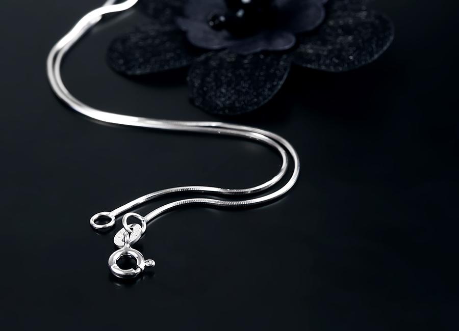 Móc khóa dây đeo đơn giản và dễ sử dụng.