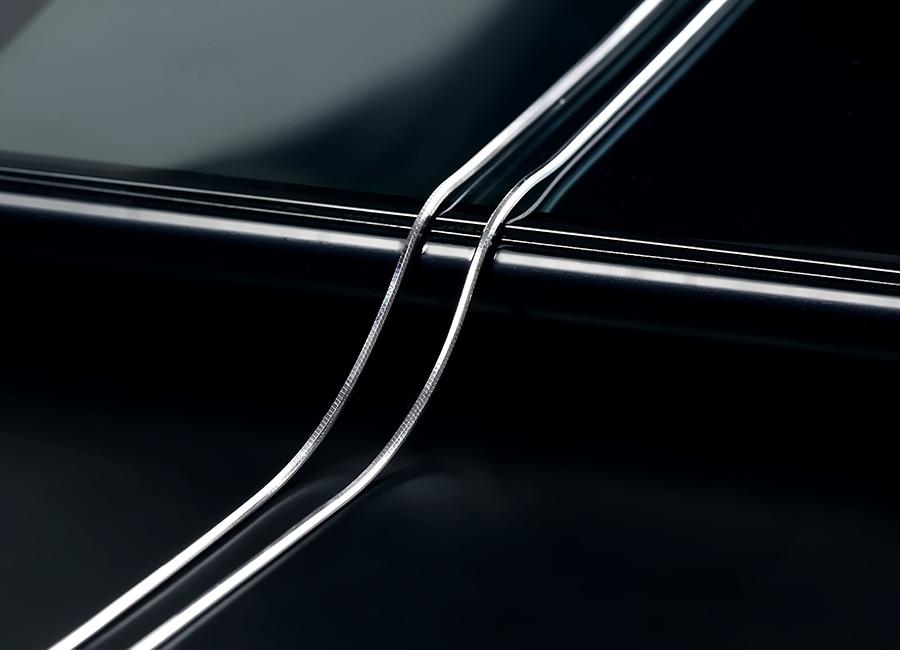 Sự mềm mại của sợi dây chuyền hấp dẫn bất cứ ai.
