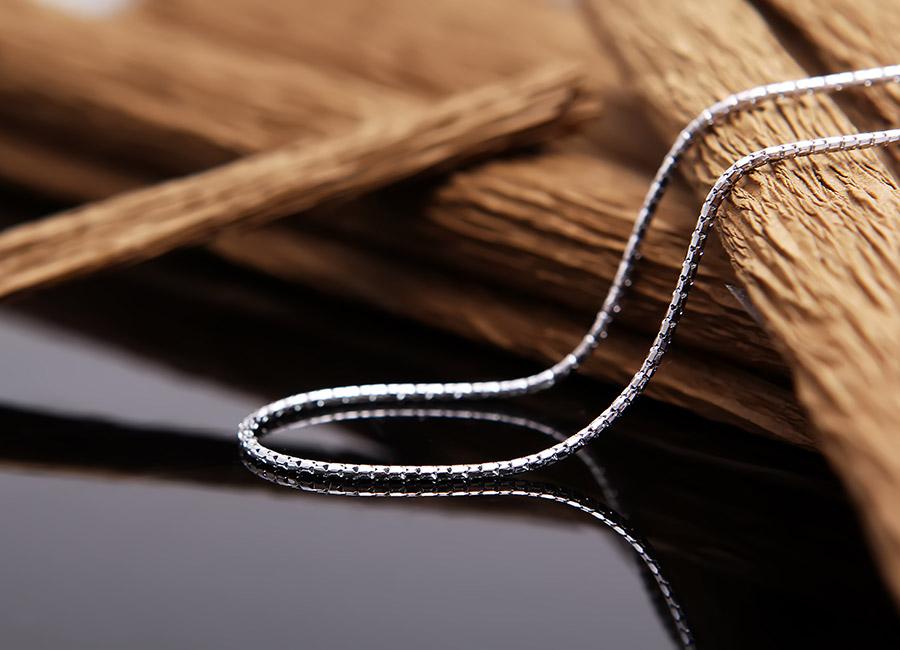 Dây chuyền trơn mảnh thích hợp mọi loại mặt trang sức.