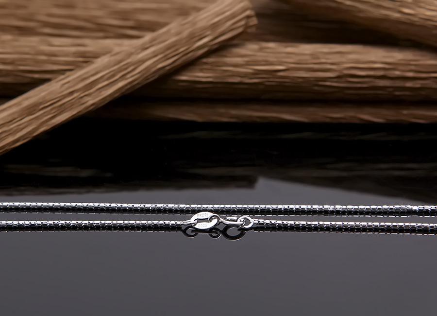 Sợi dây chuyền hấp dẫn trong khâu chế tác.