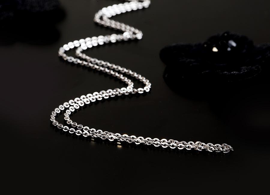 Sợi dây chuyền có dáng vẻ mảnh mai và mềm mại.