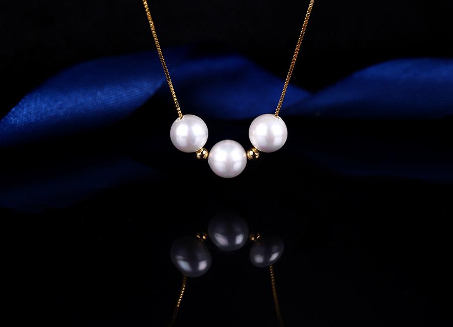 Mẫu trang sức mang đến vẻ đẹp tinh khôi cho người đeo.