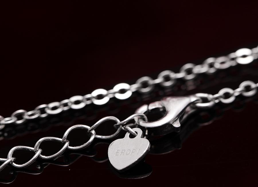 Dây đeo thanh mảnh, dưới dạng móc xích, khóa chốt đơn giản dễ dùng.