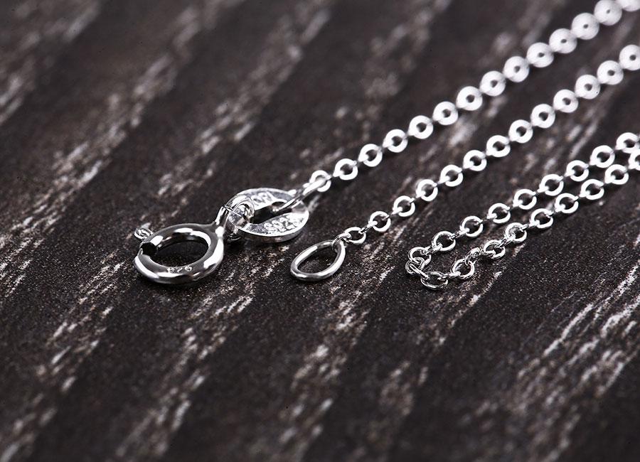 Móc khóa trên mẫu dây chuyền rất dễ đóng mở.