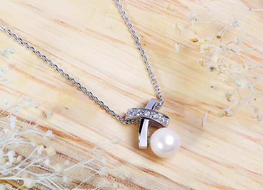 Mặt dây chuyền bạc gắn ngọc trai – điểm nhấn trên mẫu trang sức.