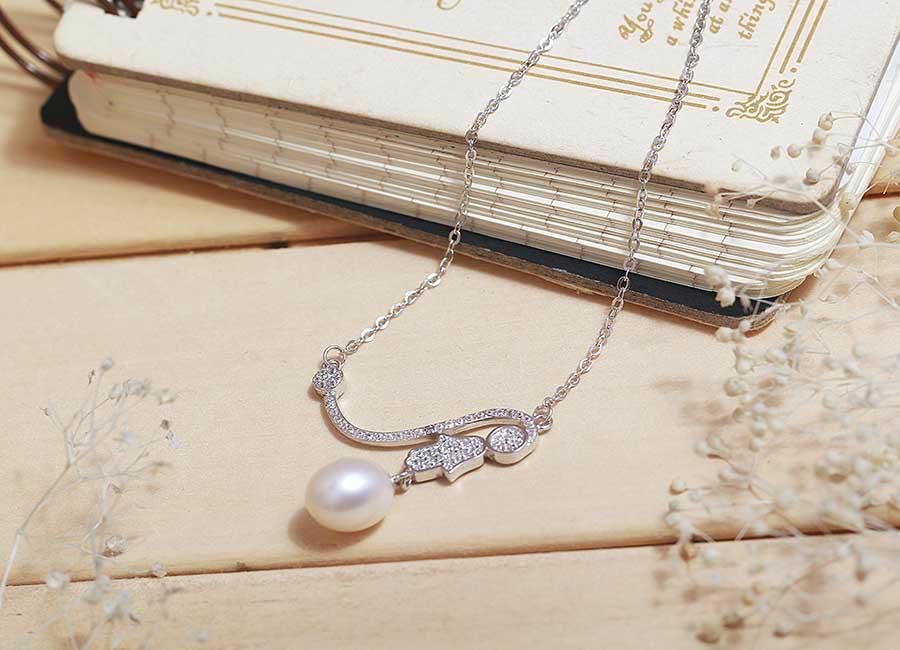 Mẫu dây chuyền bạc gắn ngọc trai thời trang và cá tính.
