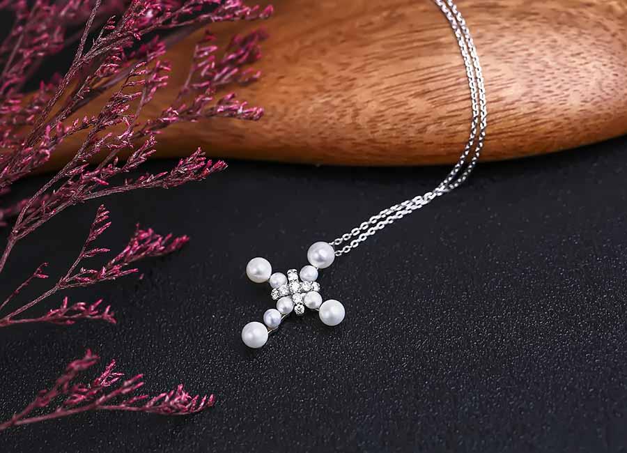 Mẫu dây chuyền bạc được dựa trên ý tưởng cây thánh giá thân quen.