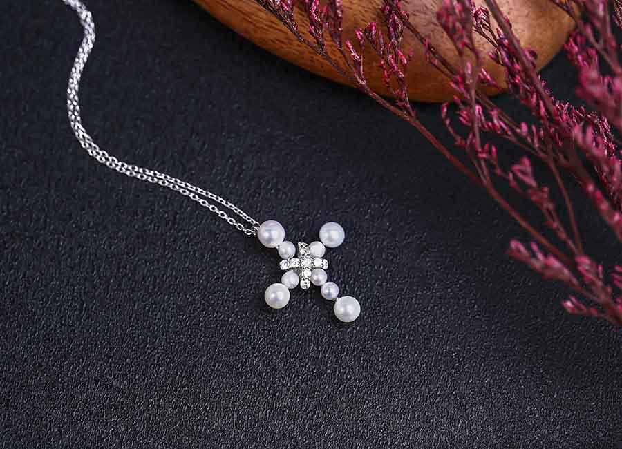 Mẫu trang sức bạc được nhiều bạn trẻ yêu thích.