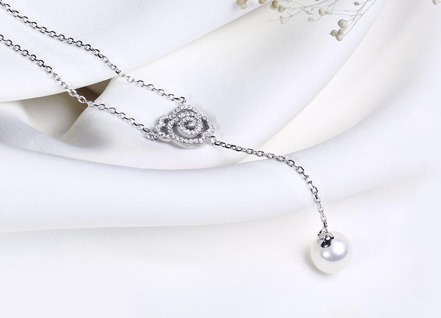 Mẫu dây chuyền bạc hợp với kiểu áo cổ sâu.