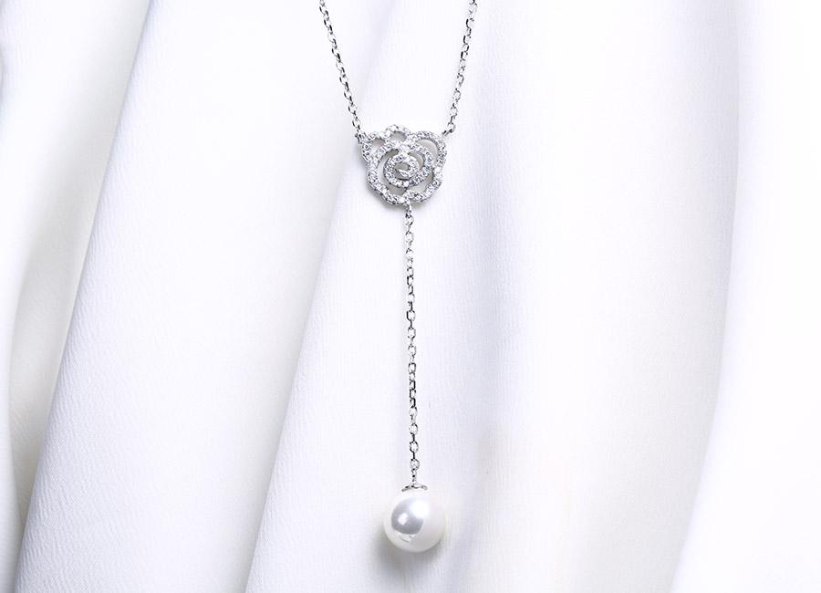 Viên ngọc trai gắn dưới đoạn dải bạc dài với vẻ đẹp thanh cao và trang nhã.