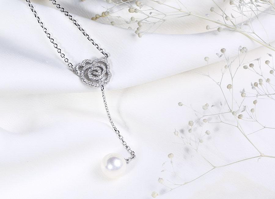 Tạo hình dải bạc nạm đá CZ lấp lánh và ấn tượng.