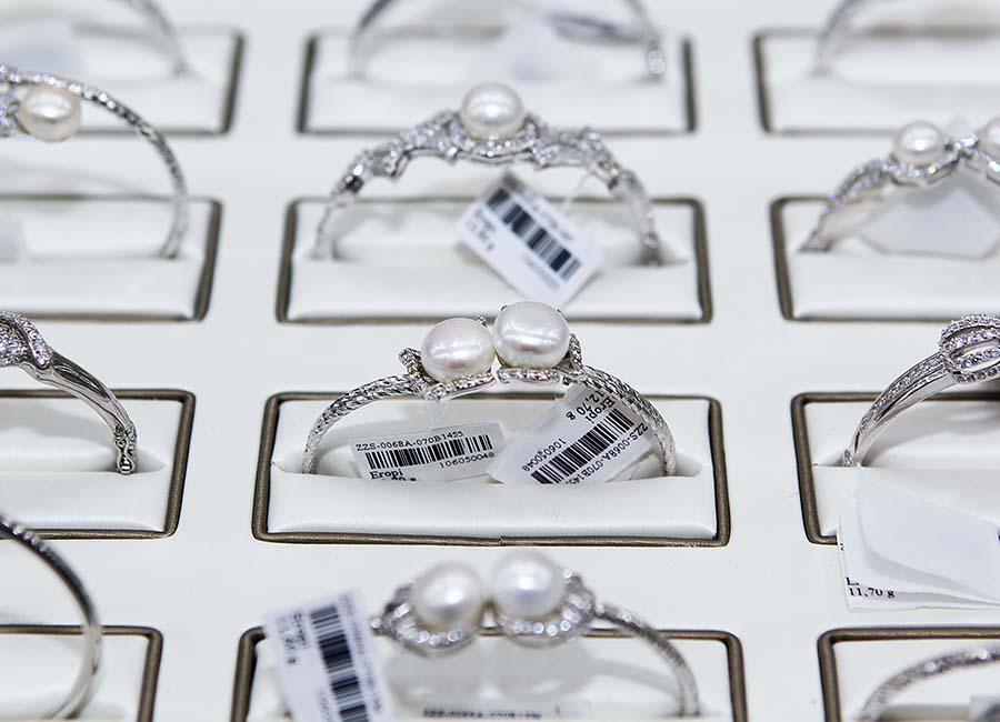Mỗi một mẫu trang sức được đựng an toàn trong một ngăn riêng biệt.