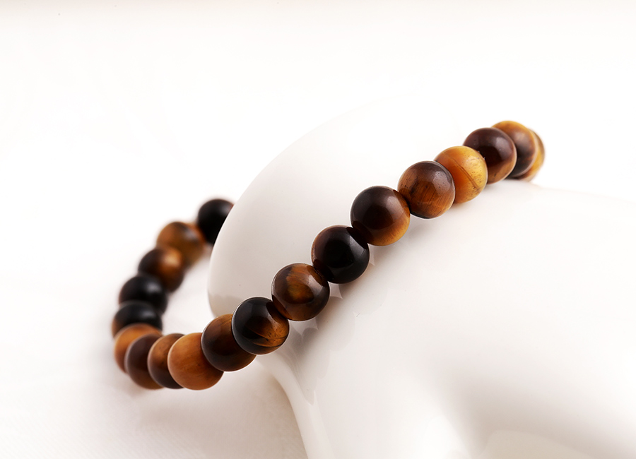 Những viên đá mắt hổ được tuyển chọn kỹ lưỡng, cấu tạo thành vòng đeo tay.