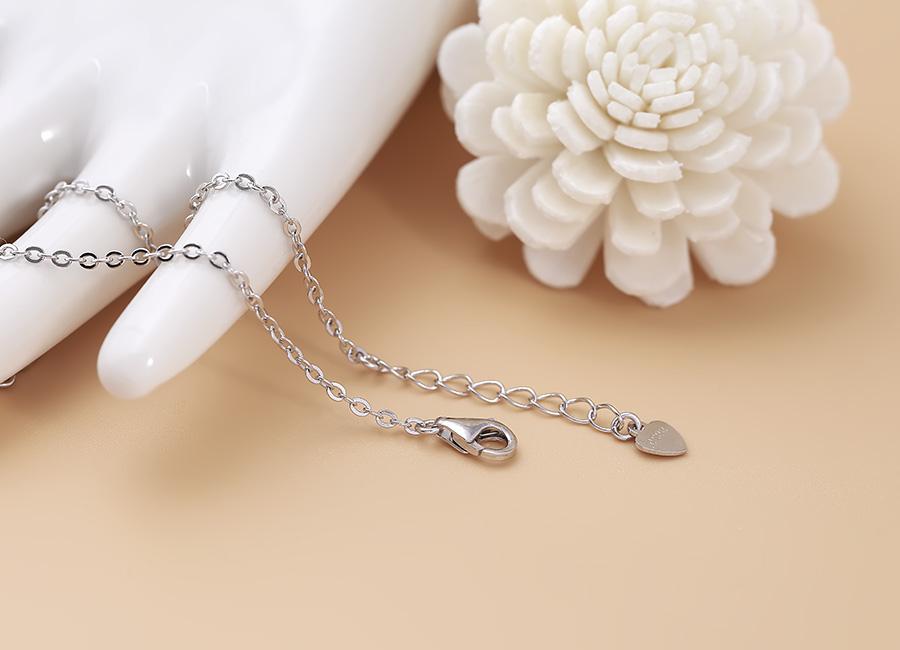 Bộ phận chốt khóa và dây nối của chiếc lắc tay.